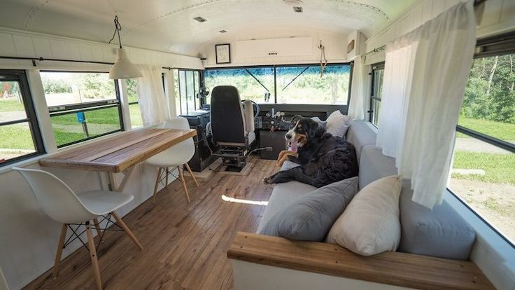 Casal transforma autocarro escolar num apartamento e agora viaja pelo mundo   Tá Bonito