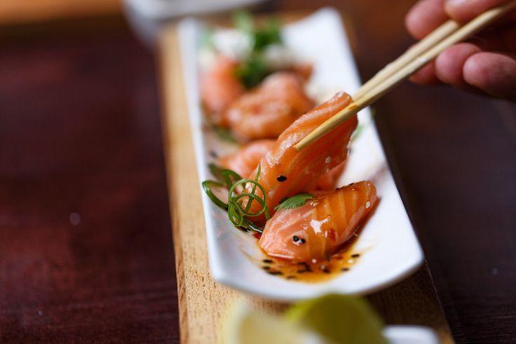 Сашими из лосося с кисло-пряным соусом и сырным муссом.