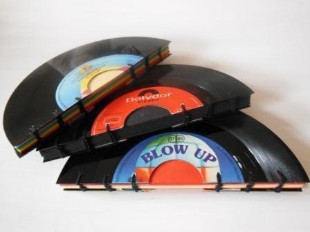 Ein handgebundenes Notizbuch  Diese Notizbücher werden von mir in 100%iger Handarbeit gefertigt. Buchdeckel aus gebrauchter Vinyl-Single. Innen...