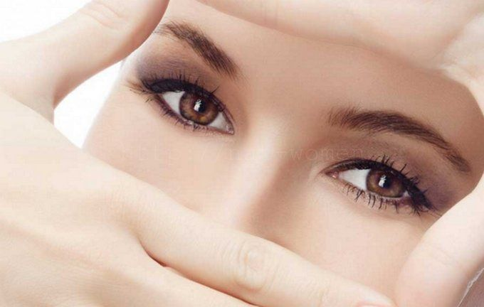 Масла являются лучшим увлажнителем кожи век, помогают избавиться от морщин, сохранить молодость! 1. Оливковое масло от морщин вокруг глаз пользуется популярностью среди заботящихся о своей коже женщин. Самым простым средством от морщин вокруг глаз будут обычные компрессы с оливковым маслом. Достаточно просто смочить ватные диски в масле и положить на глаза минут на 10. После снятия компресса можно сделать легкий …