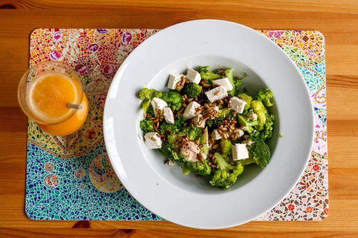 brokuły z serem feta na obiad  Potrzebne produkty (na 1 porcję)  1 brokuł (różyczki), 70 g sera feta (1/4 standardowej kostki), nasiona dyni i słonecznika (łączna objętość czubatej łyżki stołowej), sól, pieprz, odrobina mleka.