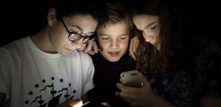 Selon le pédopsychiatre Stéphane Clerget, le rapport obsessionnel des adolescents à leur téléphone peut être contré par un réinvestissement des parents dans des activités avec leurs enfants. Interview.