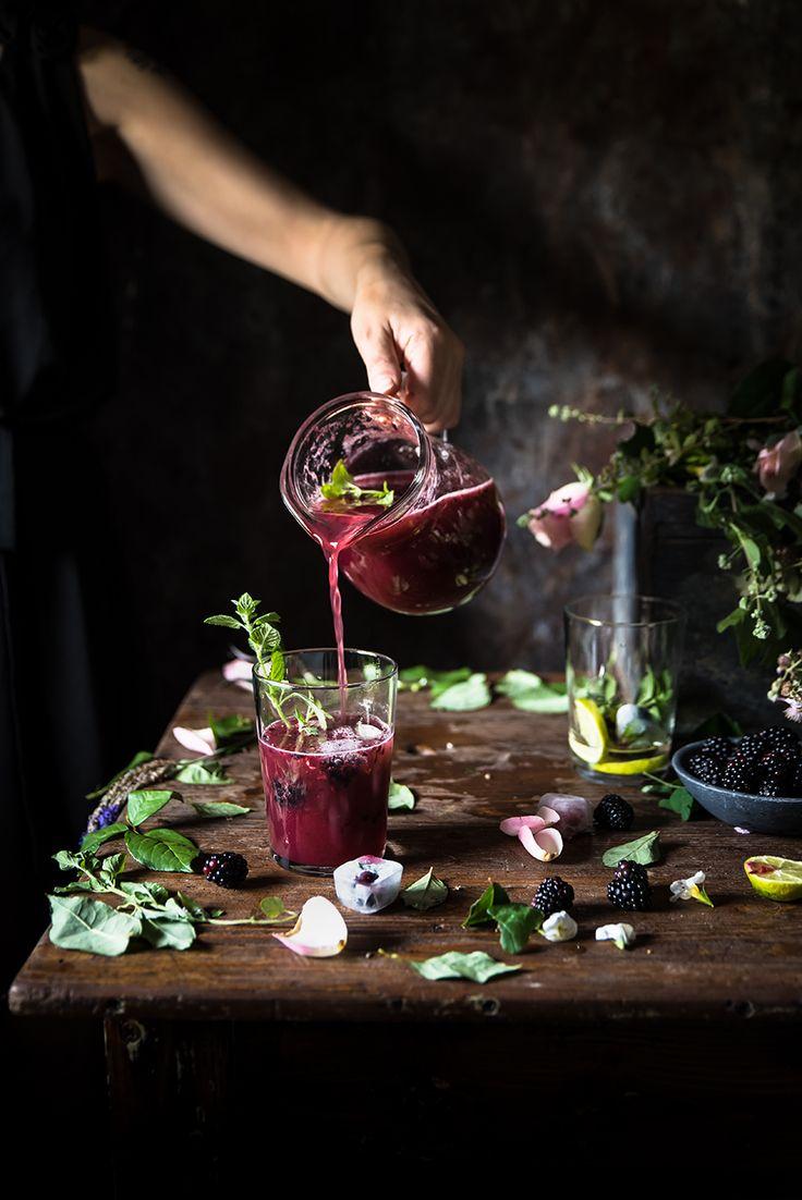 un cocktail a base di prosecco, vodka, succo di more e menta fresca, da accompagnare con cubetti di ghiaccio alla frutta.