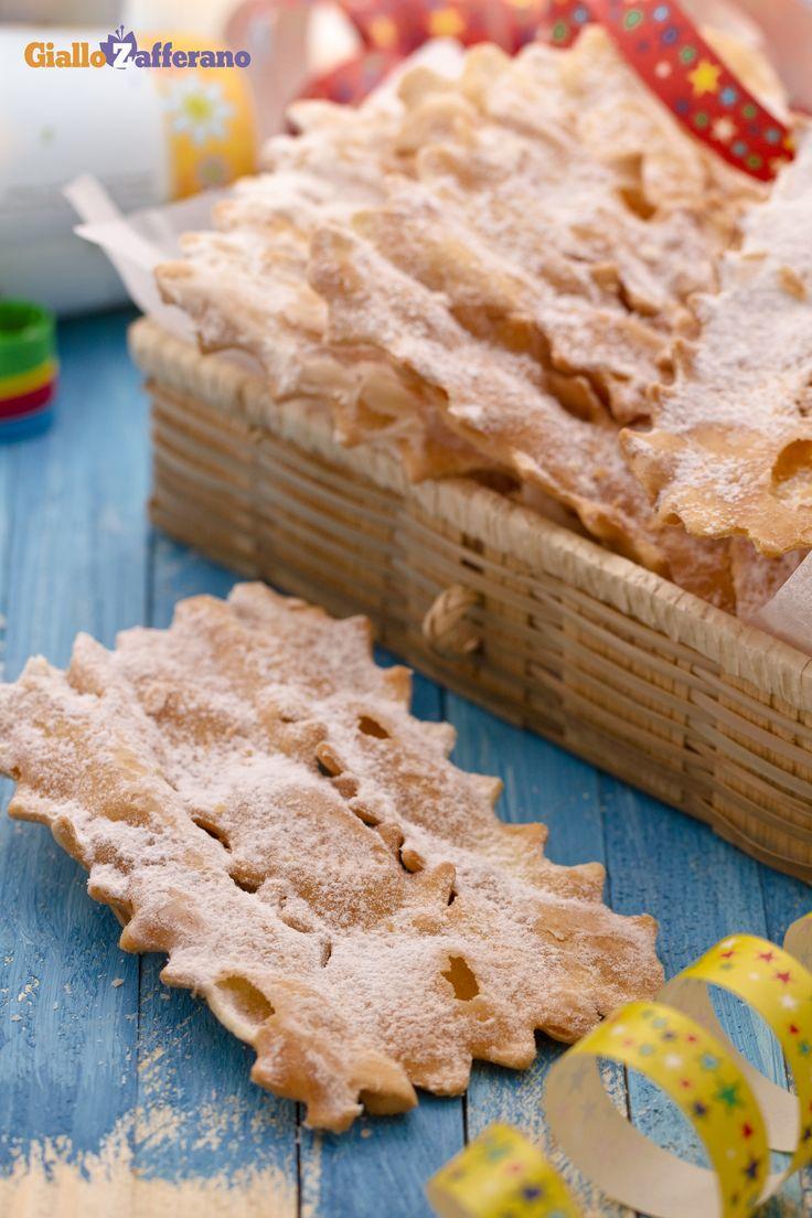 Non è #Carnevale senza le #chiacchiere (Carnival sweet fritters)! #ricetta #GialloZafferano #italianfood #italianrecipe #Carnival http://speciali.giallozafferano.it/carnevale
