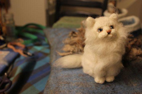 Nadel gefilzt weiße Katze. Handgefertigt. von DaliaNerijusFelt