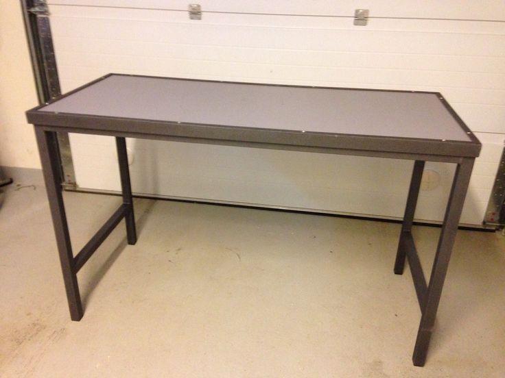Työpöytä, huonekaluputki 1.5x35x35mm, kansi vesivaneria, maalattu telalla vesiohenteisella metallimaalilla. Garage work table, metal pipe 1.5x35x35mm, film veneer, water based metal paint.