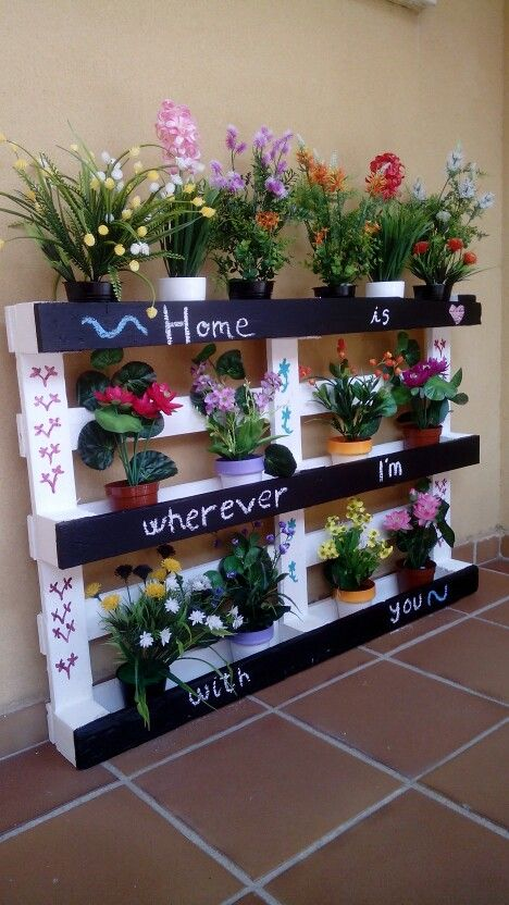 "Jardinera con un palet de madera y pintura de pizarra ""home is wherever i'm with you"""
