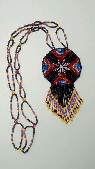 Colar mandala feito à mão de miçangas, inspirado em rosetas nativo americanos e na arte huichol mexicano