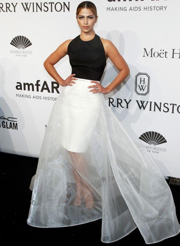 El dúo blanco y negro fue la clave del look de Camila Alves con un voluminoso vestido tubo con voluminosa sobrefalda de gasa firmado por Romona Kezeva.