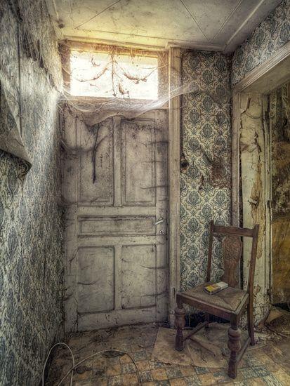 Deur met spinnenwebben in een verlaten boerderij. #lostplace #abandonedplace #urbex #photography