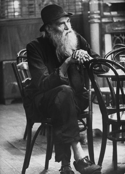 An old man sitting alone at a table in a bar. Photograph by Alfred Eisenstaedt. New York City, 1944.