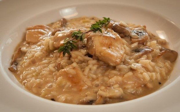 ΑΠΟ ΤΟ ΛΕΥΤΕΡΗ ΛΑΖΑΡΟΥ  Για 4 μερίδες Χρόνος προετοιμασίας: 30 λεπτά  ΥΛΙΚΑ : 350 γρ. ρύζι για ριζότο (arborio, carnarolli, vialone nano) 1,1 λίτρο ζεστό ζωμό κοτόπουλου 1 μεγάλο κρεμμύδι ψιλοκομμένο 1 μεγάλο πράσο ψιλοκομμένο (το άσπρο μέρος) 100 ml λευκό ξηρό κρασί 2 μεγάλα στήθη κοτόπουλου, κομμένα κατά πλάτος σε λεπτές φέτες 250 γρ. μανιτάρια λευκά, κομμένα σε φέτες 120 γρ. βούτυρο σε κυβάκια 160 γρ. παρμεζάνα τριμμένη και έξτρα για το τραπέζι Ελαιόλαδο Αλάτι και φρεσκοτριμμένο μαύρο…