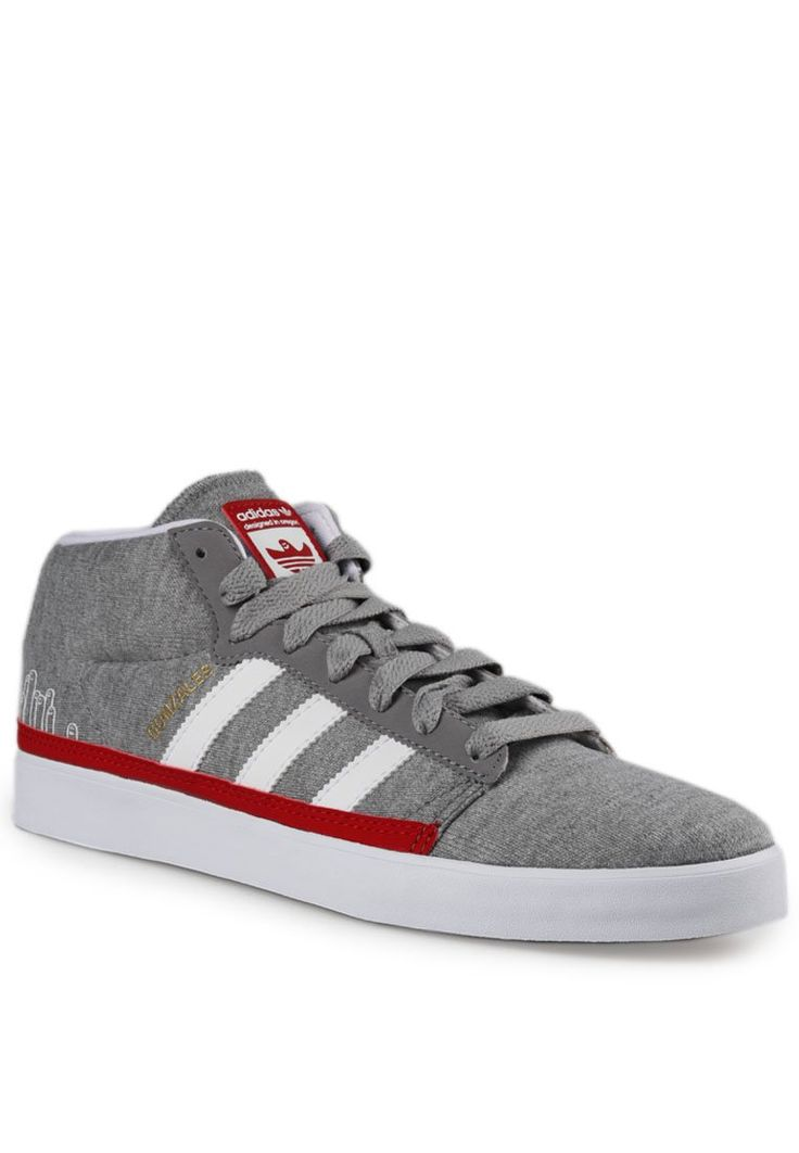Sepatu kombinasi warna abu dan putih dari bahan textile. Mid top dengan detail tali depan dan aksen 3 stipes khas Adidas dan Rubber sole. http://www.zocko.com/z/JIVHN