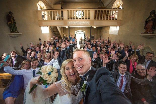 ausgefallenes Gruppenfoto in der Kirche