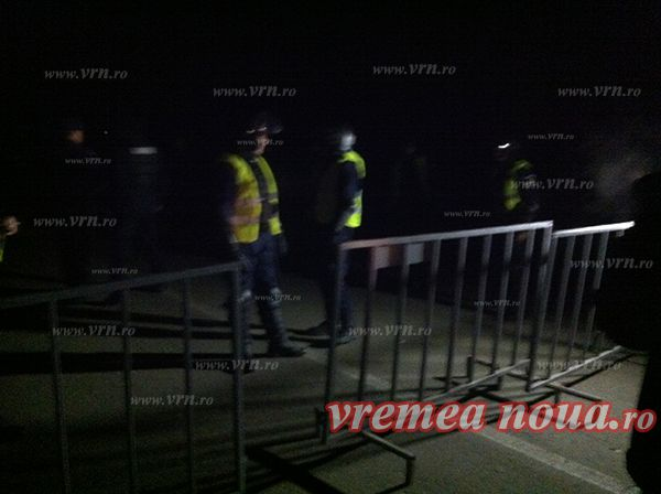 Chevron si Jandarmeria au pornit in toiul noptii un nou asalt la Pungesti | VIDEO http://www.vrn.ro/chevron-si-jandarmeria-au-pornit-in-toiul-noptii-un-nou-asalt-la-pungesti