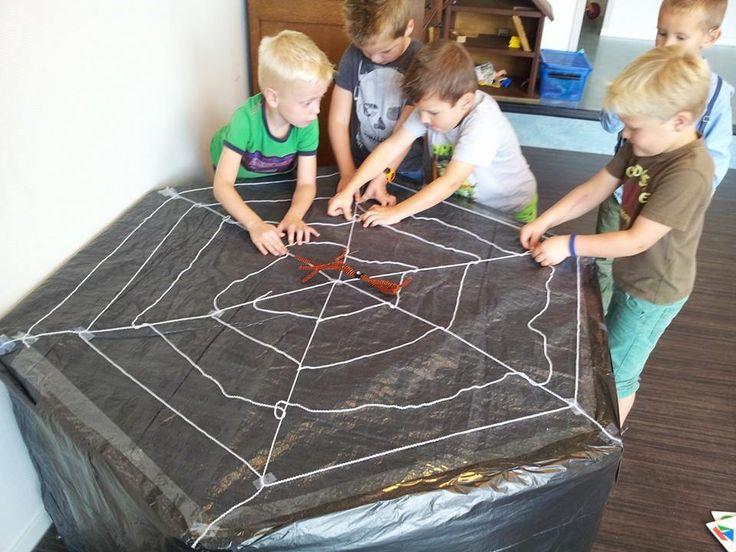 * De kinderen maken samen een groot spinnenweb....