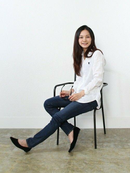 coenのシャツ・ブラウスを使ったショップスタッフ スタッフスズキさんのコーディネートです。│白シャツ×デニムスキニーの正統派コーデ。...