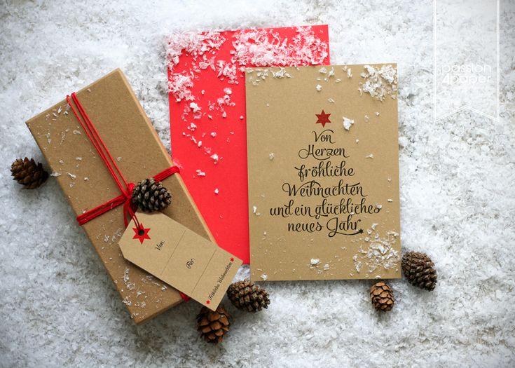 Dieses außergewöhnliche Weihnachtskartenset zum Verschönern von Geschenken & Päckchen, selbstgemachten Marmeladen, Likören oder anderen Basteleien beinhaltet:  - Doppelseitig bedruckte Weihnachtskarten, 300g/m²-Naturpapier Kraft, Format DIN A6 105x148mm (Postkartenformat), auf der Rückseite beschriftbar - Passende Umschläge in Intensivrot - Gestanzte Anhänger im Format 90x50mm, 300g/m²-Naturpapier Kraft, auf Vorder- und Rückseite beschriftbar