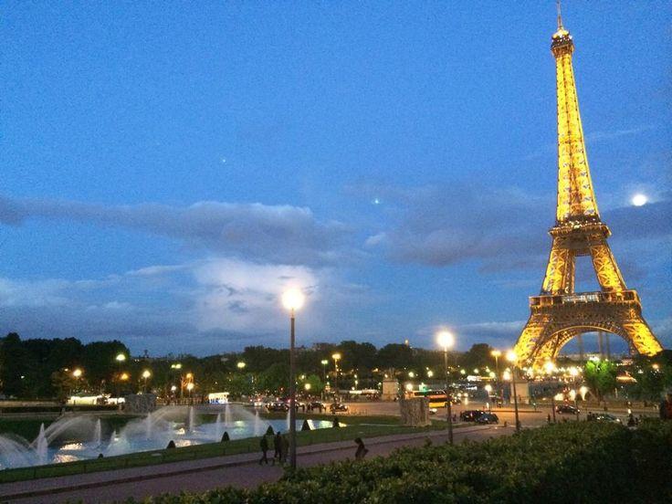 Parisian night.   View of the lighted up Eiffel Tower from Trocadero. By: Carolina Serrano