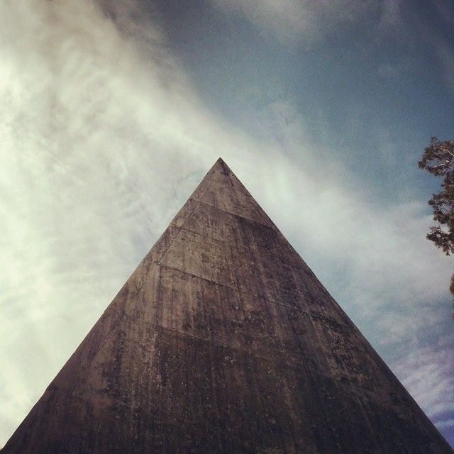 #pyramid#piramide#triangle#roof#marlboro#marble#sky#shape#silouette#egyptian#urban#architecture#building#perspective