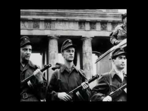 Είκοσι πέντε χρόνια από την πτώση Το Τείχος του Βερολίνου, μια από τις πιο παράλογες και βάρβαρες ιστορίες του παράλογου και βάρβαρου 20ού αιώνα, έπαψε να υπάρχει πριν από είκοσι πέντε χρόνια. Για την ακρίβεια, στις 9/11/1989, άνοιξαν οι μπάρες στα σημεία εισόδου και οι κάτοικοι του Βερολίνου μπόρεσαν να κινηθούν ελεύθερα από το Ανατολικό στο Δυτικό Τμήμα και αντιστρόφως, για πρώτη φορά μετά από τρεις περίπου δεκαετίες.