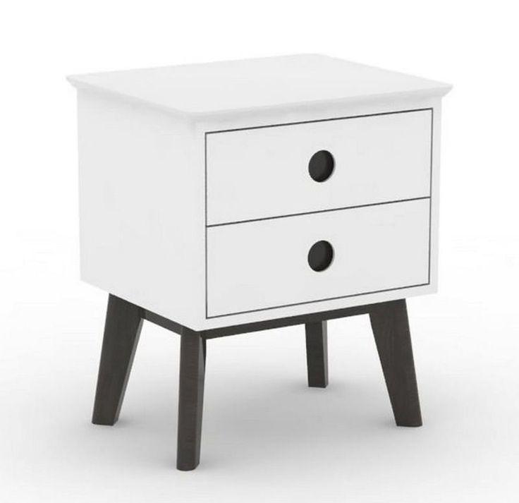 Century Sengebord - Fint lille sengebord med 2 praktiske skuffer med sorte runde greb. Sengebordet er udført i hvidmalet MDF med sortmalede egetræsben. Et møbel i en nyfortolket retro-stil der vil passe ind i de fleste indretningsstile. Anvend i soveværelset eller som smart sidebord eller lampebord i stuen.