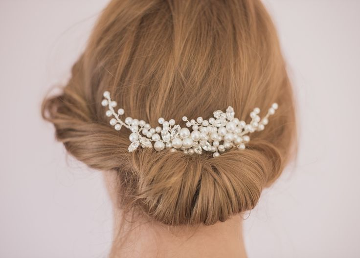 Ręcznie wykonana spinka ślubna do włosów, która rozświetli przepięknie każde upięcie! Perełki i kryształki cudownie odbijają światło, nadając fryzurze ślubnej pożądanego blasku.  Stroik dostępny online w sklepie ślubnym Madame Allure.