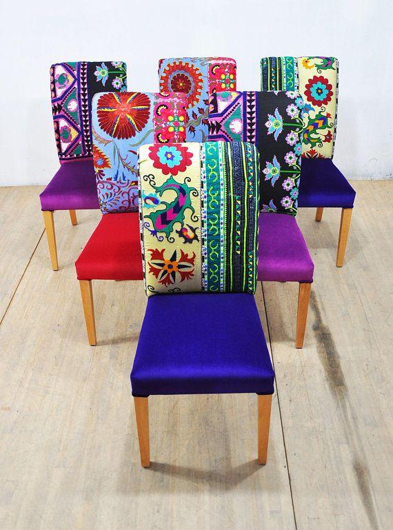Zes kleurrijke eetkamer stoelen bekleed met vintage Suzani, Thaise Hmong en fluwelen stoffen. Mooie combinatie van prachtige kleuren. De stoelen en de buitenste delen zijn bedekt met fluweel-stoffen en de houten poten zijn mooi gepolijst in natuurlijke kleur. Uniek ontwerp kan u omhoog toejuichen en deze multi purpose stoelen kunnen worden gebruikt thuis, restaurant, café, enz. End-to-end afmetingen (cm): breedte 45 x hoogte 100 x diepte 65 cm; hoogte 45 cm - diepte van de stoel stoel 45 cm…