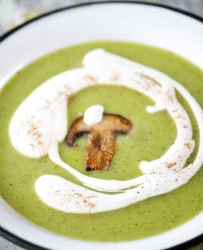 Cappucino van erwten met room en gebakken champignons