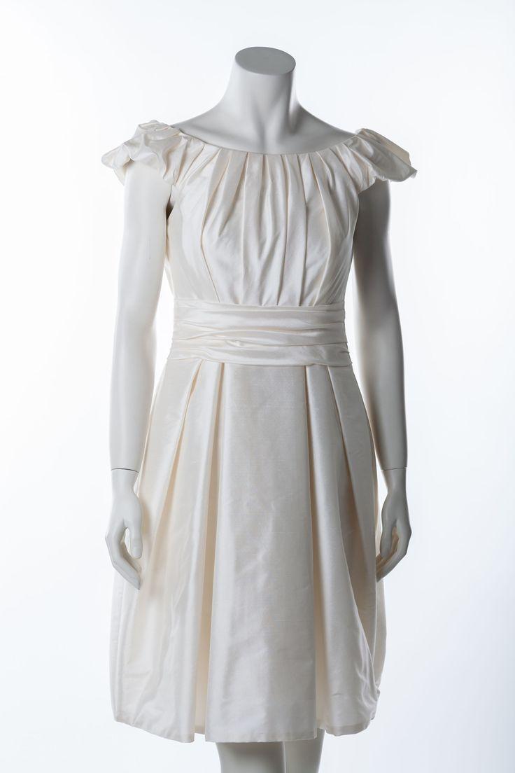 Crèmefarbenes Brautkleid des belgischen Labels Marylise      Dieses Kleid besticht durch die edel glänzende Dupionseide und die raffinierten Faltenelemente     Der überschnittene Arm mit dem zarten U-Ausschnitt machen eine tolle Büste     Die Schärpe und ausgestellte Rockform betonen die Taille