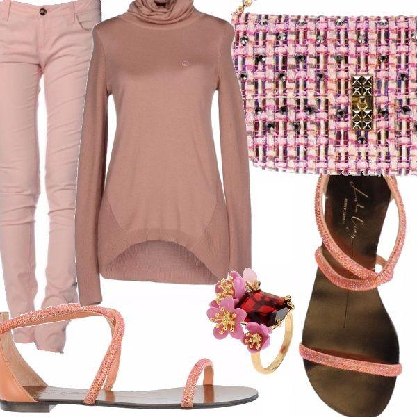 Jeans cinque tasche in denim color pesca, dolcevita a maniche lunghe, sandali flat color pesca, borsa piccola con catena e fibbia in metallo nei colori pesca, rosa e corda, anello con pietra e fiori