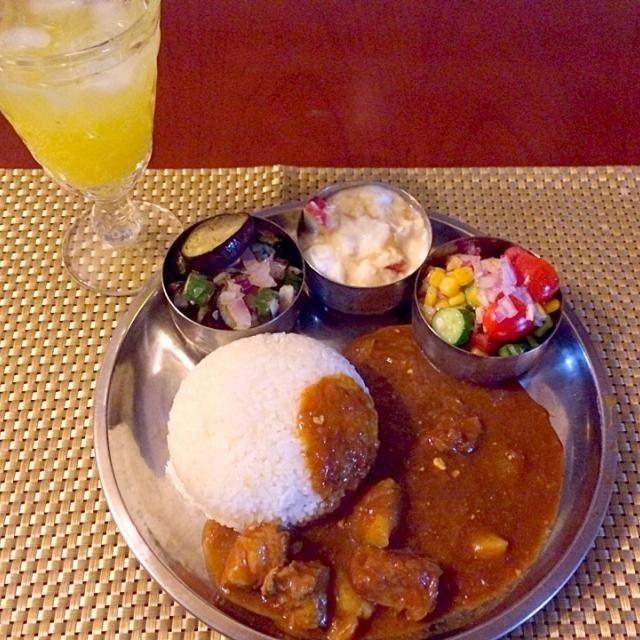"""香菜あると思ってGetしなかった〜 辛味以外のスパイシーカレーはチビ〜ズも大好き今宵はラム肉ごろx2で大喜びʕु-̫͡-ʔु""""美味しいぃ❗️ お代わりしちゃって残らんな  ムガール帝国の宮廷料理、北インド料理の調理法に分類されるラムカレー ペルシア語でローガンは油、ジョシュは熱さの意味。 - 63件のもぐもぐ - Rogan joshローガン・ジョシュ by Ami"""