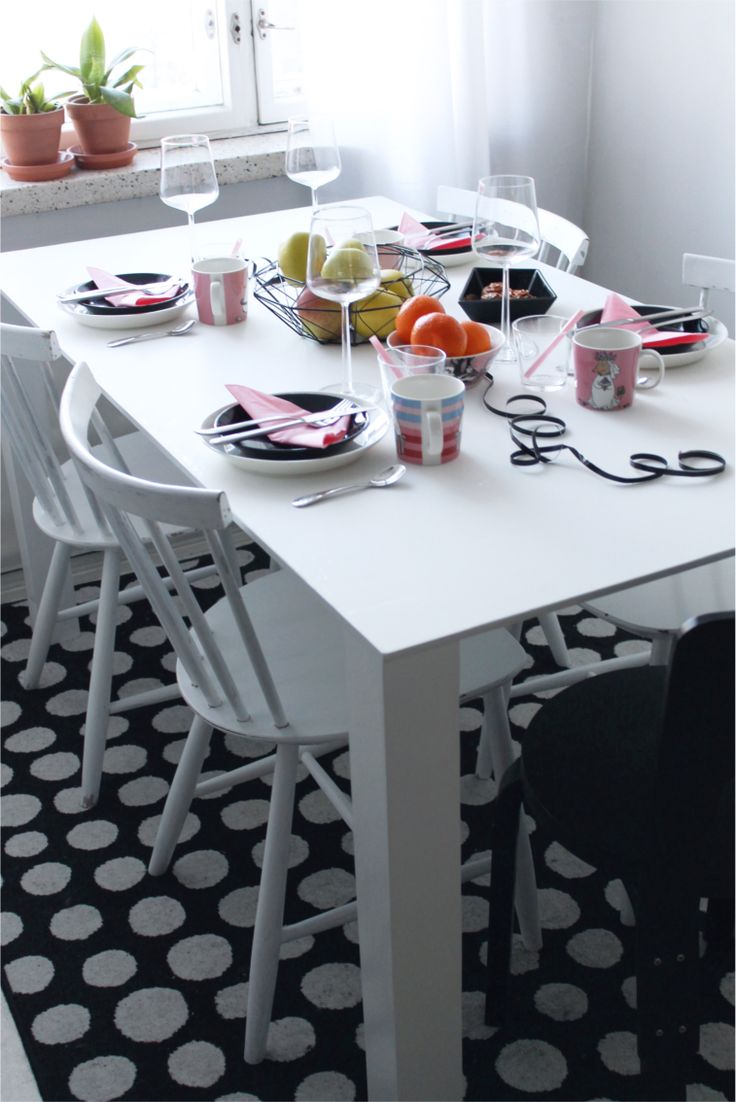 Table setting ideas for Valentine's Day. Pink, black, white and Moomin mugs.