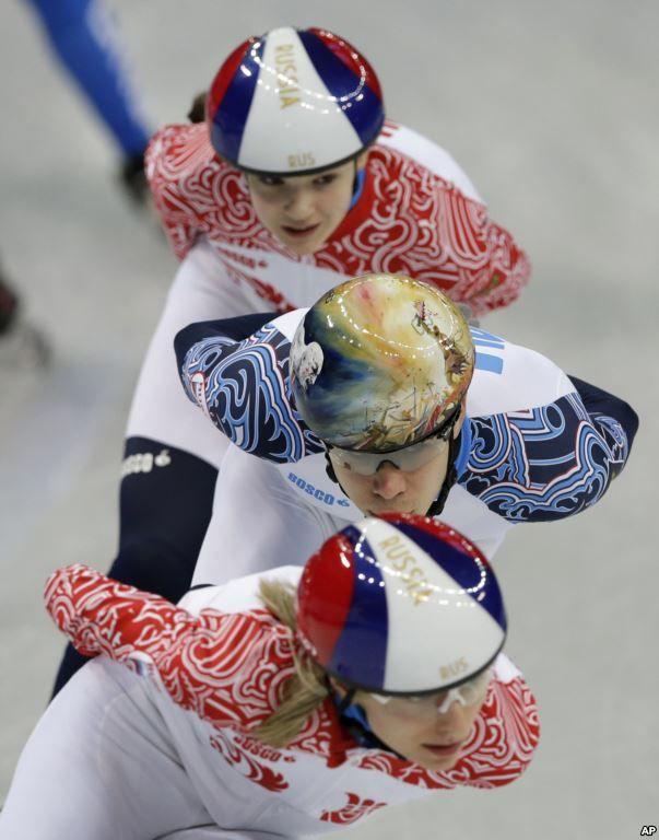 Semen Elistratov dari Rusia (tengah) dalam latihan speedskating di Iceberg Skating Palace sebelum pembukaan Olimpiade Musim Dingin di Sochi (6/2). (AP/Darron Cummings)