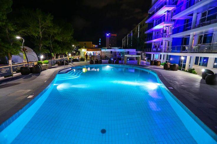 Hotel Bavaria Blu Mamaia este situat la intrarea in statiunea Mamaia, la numai 20 de metri de plaja. Ofera o piscina in aer liber, un centru spa, restaurant