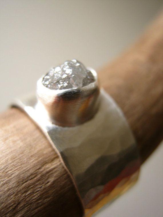 Ruwe diamant op breed gehamerd band verloving door metalmorphoz