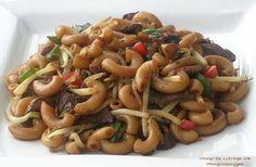 J'ai pris la recette chez Wimzie . Ce macaroni chinois a un petit goût sucré, épicé et croquant à la fois (à cause des fèves germées). Un d...