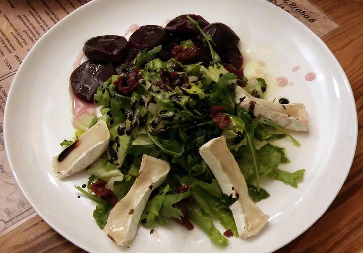 Salat s grilovaným kozim sýrem. Lahoda pro oči