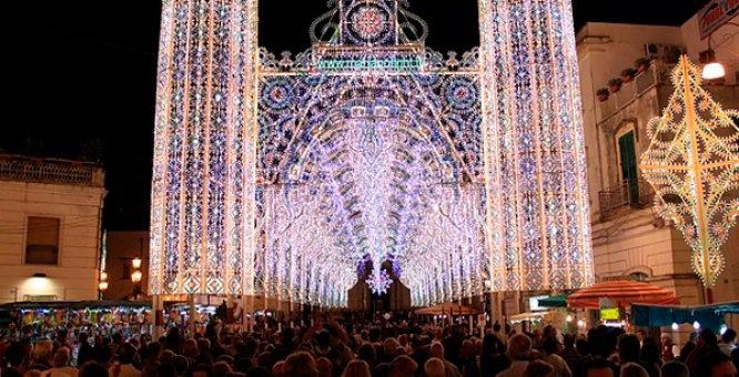 Galatina si veste di suoni, musica e colori, e accoglie moltitudini di persone che vengono ad assistere a questa celebrazione.