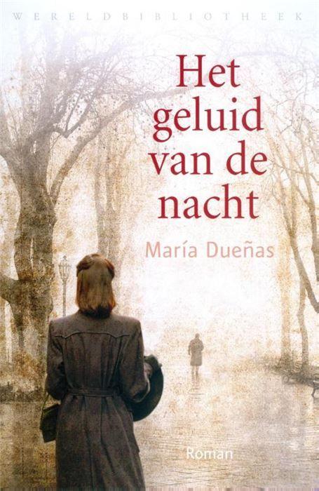 Het geluid van de nacht  Het geluid van de nacht is het onvergetelijke verhaal over een vrouw die met vallen en opstaan leert dat ze alleen kan vertrouwen op haar eigen kracht. Het voert je door de even kleurrijke als aangrijpende geschiedenis van Spanje Marokko en Portugal en de Tweede Wereldoorlog. Het geluid van de nacht is een pageturner met een onweerstaanbare sfeertekening en een superieure cast van personages. María Dueñas debuutroman over Sira Quiroga een eenvoudig meisje dat…