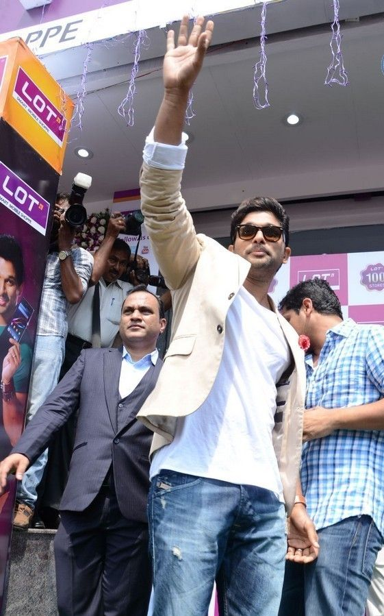 Allu Arjun Launches Lot Mobiles Showroom Opening