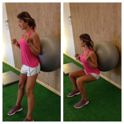 Agachamento na bola Posição inicial: Em pé, costas apoiadas na bola, bola encostada na parede. Posição final: agachar até o joelho fazer um ângulo de 90 graus e subir novamente.