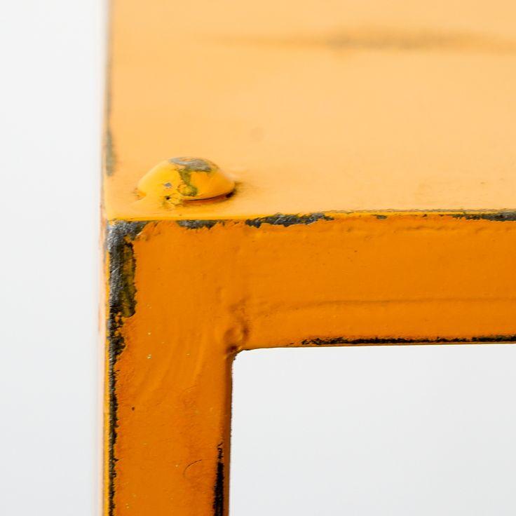 Dieser geradlinige Beistelltisch besticht durch seinen auffallenden Vintage Look und seiner knalligen Farbe. Eleganz, Einfachheit und die extrem flexiblen Einsatzmöglichkeiten die, noch durch Accessoires akzentuiert werden können, zeichnen diesen Metalltisch aus. Wollen sie ihre Einrichtung mit einem farbenfrohen Ensemble ergänzen, dann kombinieren sie diesen Beistelltisch mit der etwas kleineren grünen Ausführung des Tisches.