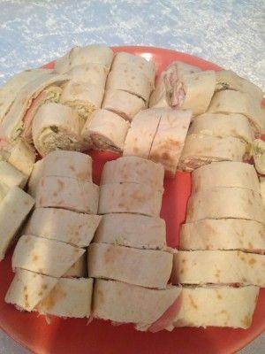 Waarom zijn deze wrap tortilla's toch altijd zo lekker? Door de vulling natuurlijk. Probeer het eens, een makkelijker zelfgemaakte snack voor op een feestje kan bijna niet.