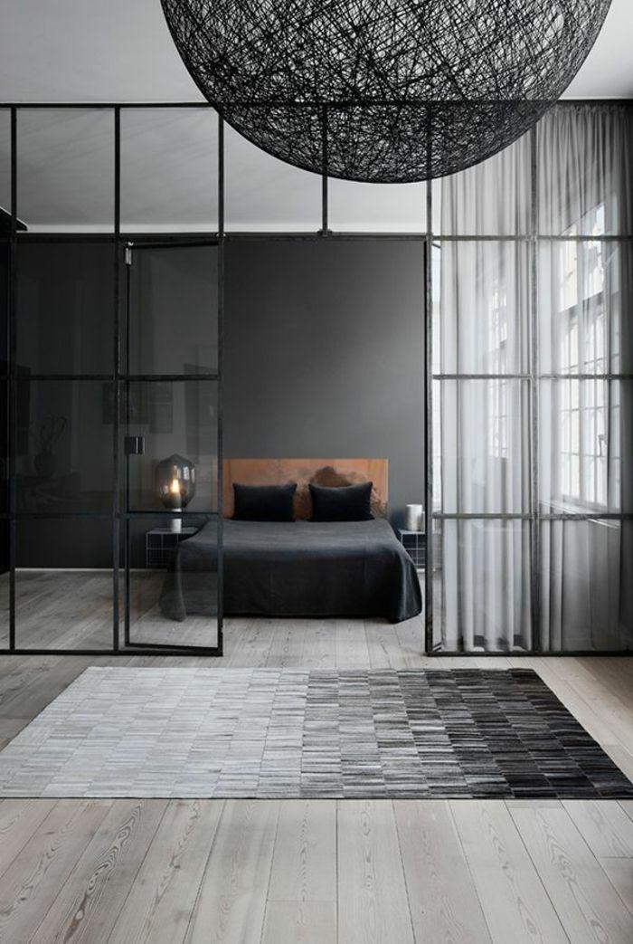 mur noir, lustre noir, une idée magnifique pour aménager la chambre à coucher