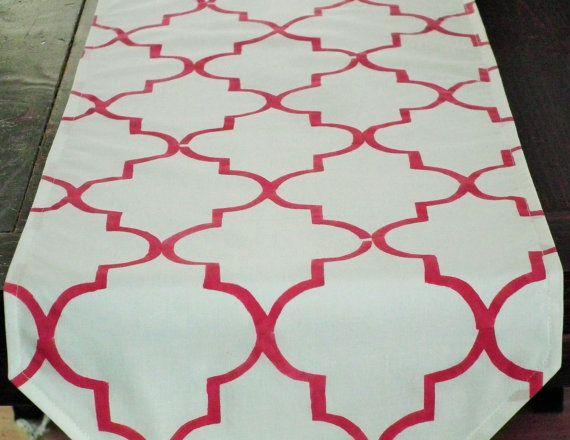 Chemin de table de style marocain, crème à main au pochoir motif rouge quadrilobe, fabriqué sur commande
