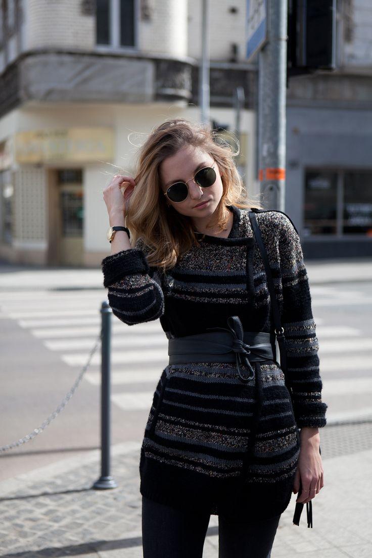Sweter związany w talii paskiem