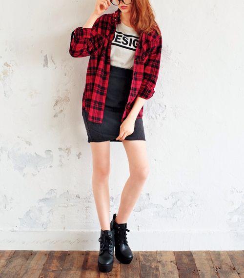 チェックシャツ×黒タイトスカートで秋コーデ♪|MERY [メリー]