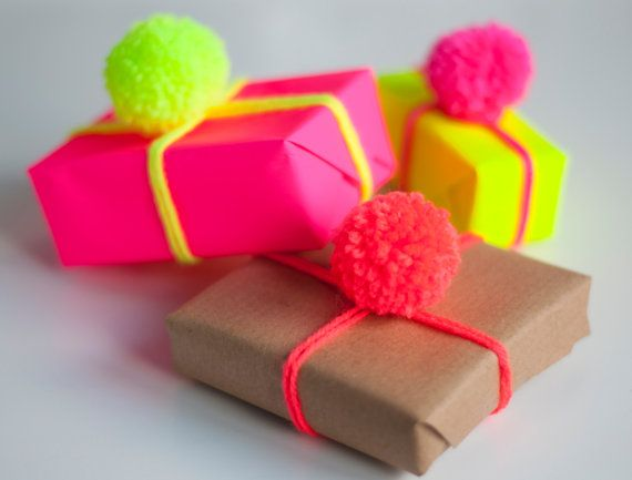 Pom Pom d'emballage Pack — Triple pack fait main néon jaune/rose/Orange laine pompons, Neon Gift Wrap & Brown Gift Wrap — idée d'emballage