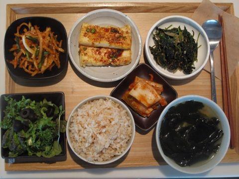 2012년 10월 9일 화요일 그때그때밥상 입니다. 북어미역국, 부추 무우채나물, 두부조림, 들깨 깻잎순나물, 양파드레싱샐러드, 현미밥.
